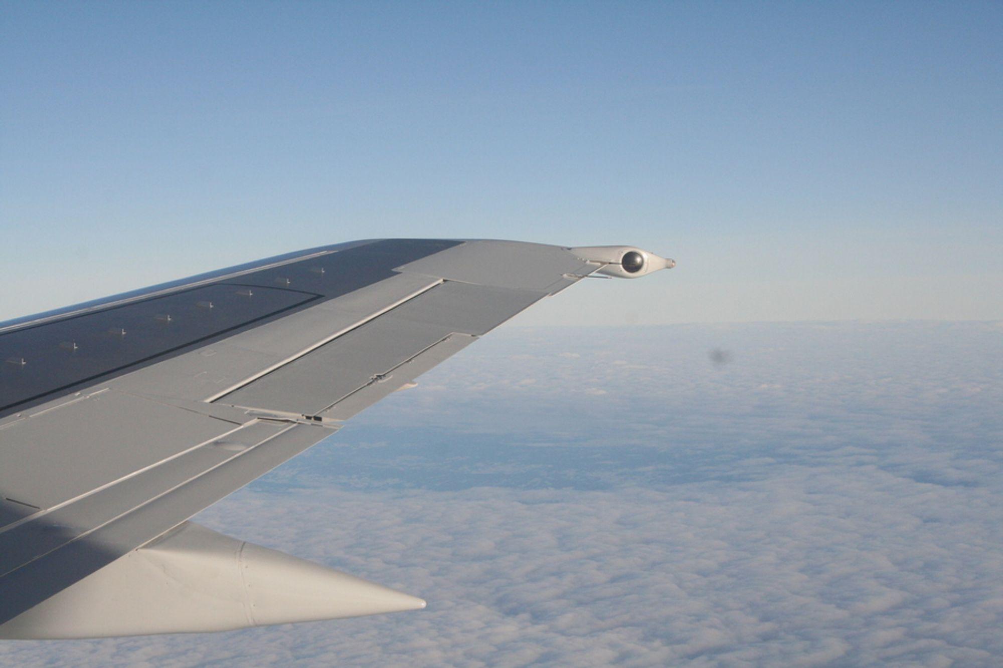 SAS, Boeing 737, flyvinge, over skyene, blå himmel.