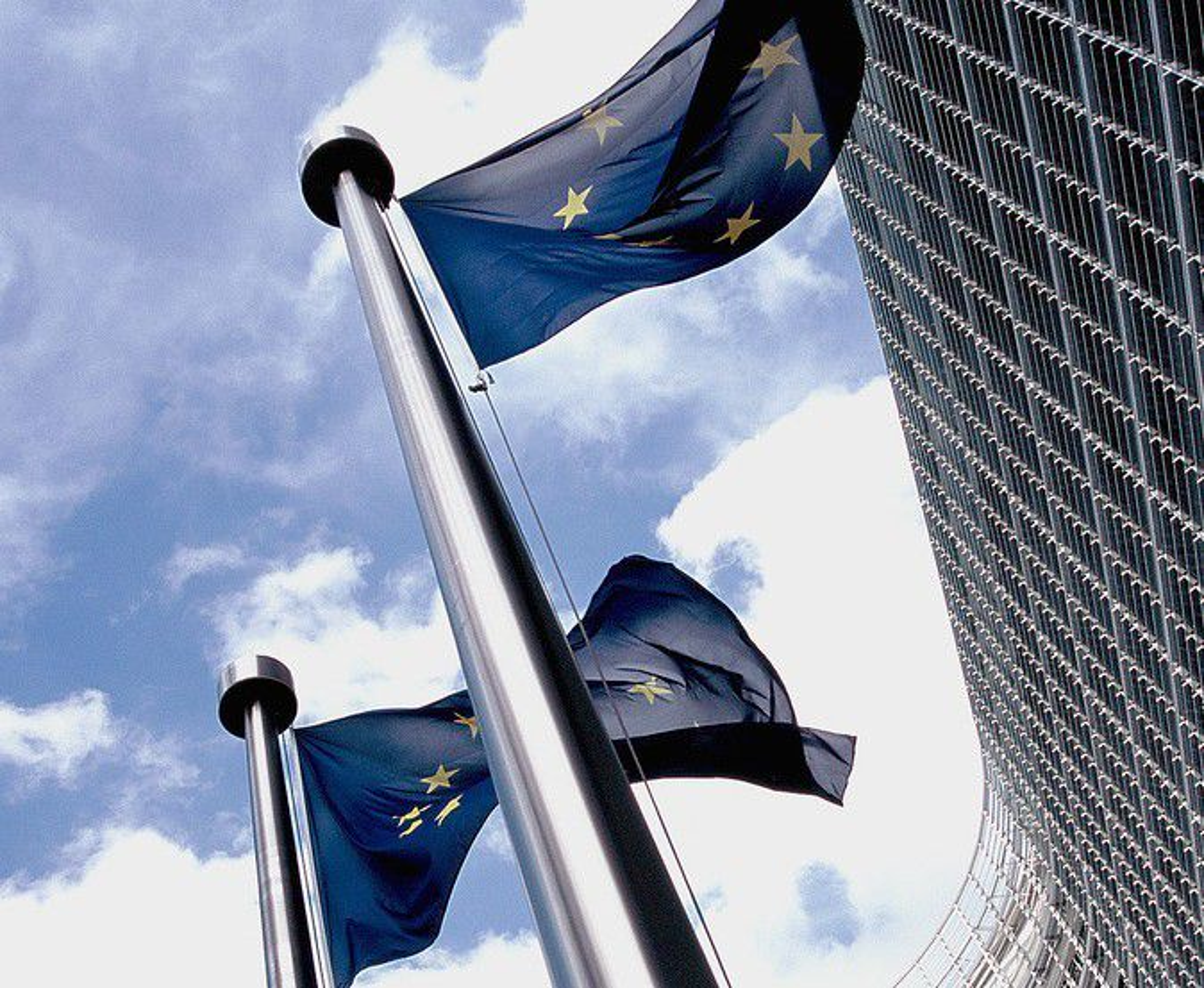 EU-kommisjonens hovedkontor i Brüssel. EU-flaggene vaier utenfor hovedkontoret i Berlaymont-bygningen.