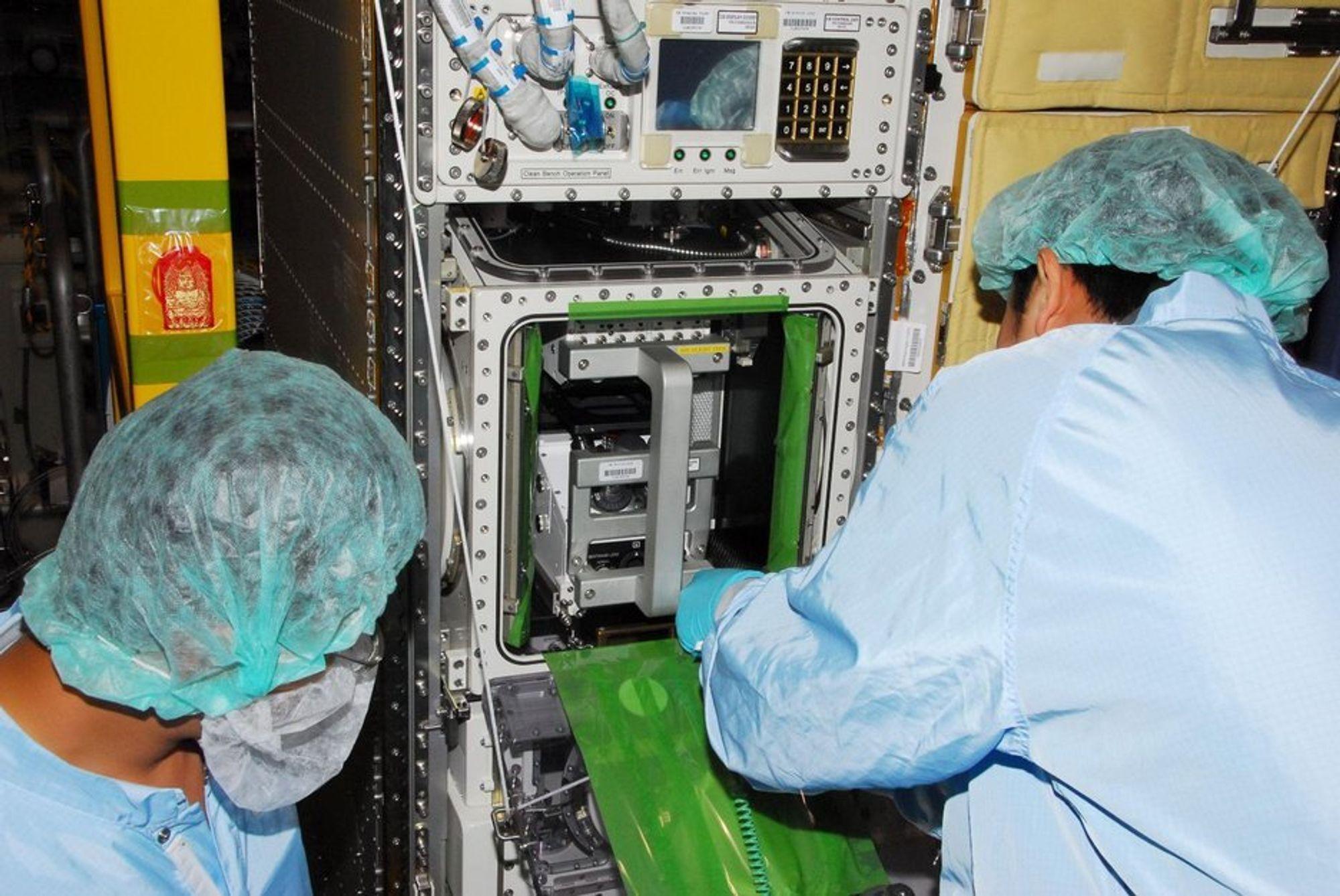 Astronautene inspiserer systemet de skal installere på den internasjonale romstasjonen i løpet av de neste to ukene.