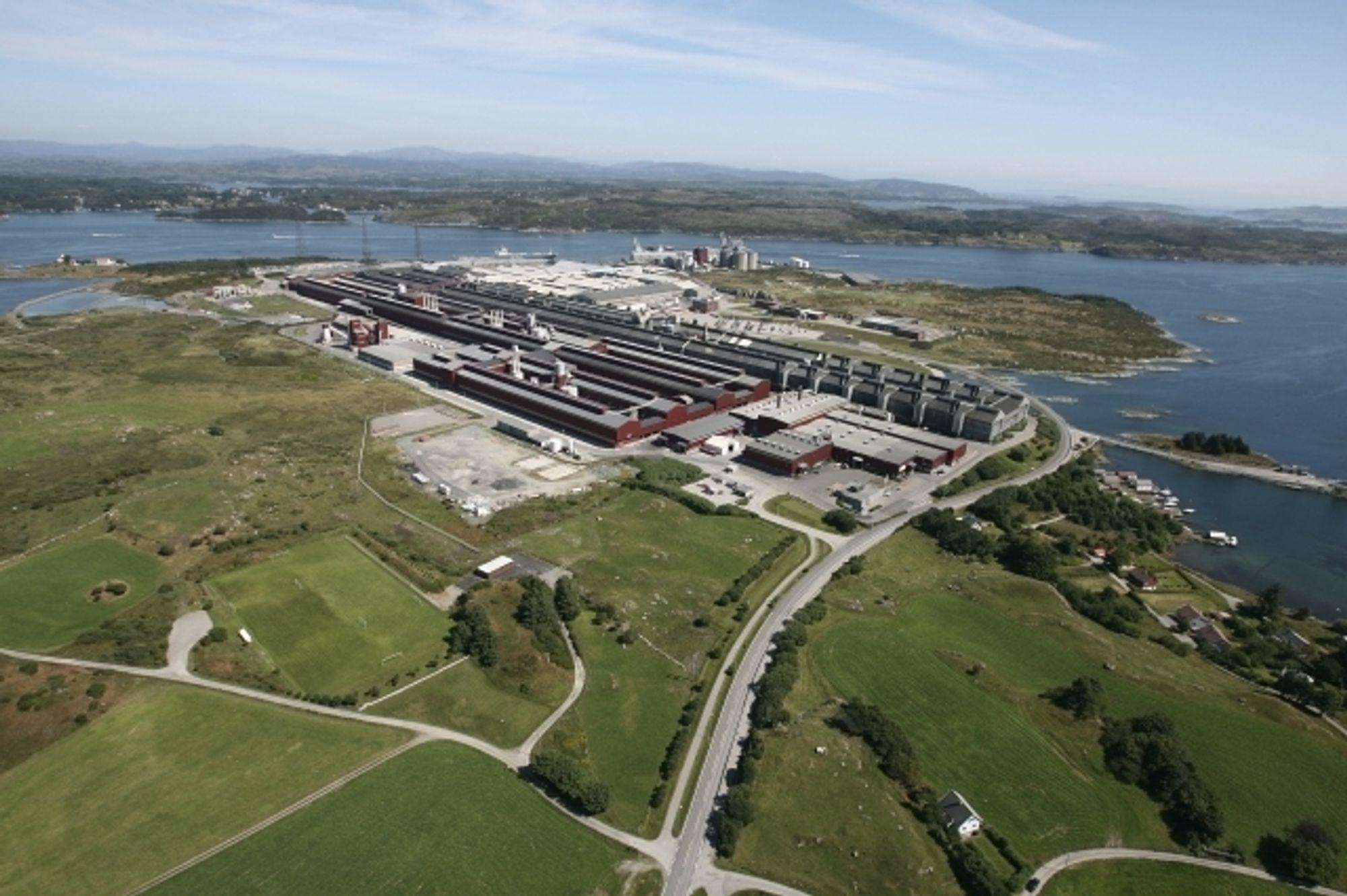 MINDRE STRØM: Hydros aluminiumsverk på Karmøy og resten av den kraftkrevende industrien kutter kraftig i strømforbruket i år, ifølge Norsk Industri havner de på 1982-nivå. Manglende etterspørsel fører til nedleggelser, permitteringer og oppsigelser, tror NHO-organisasjonen.