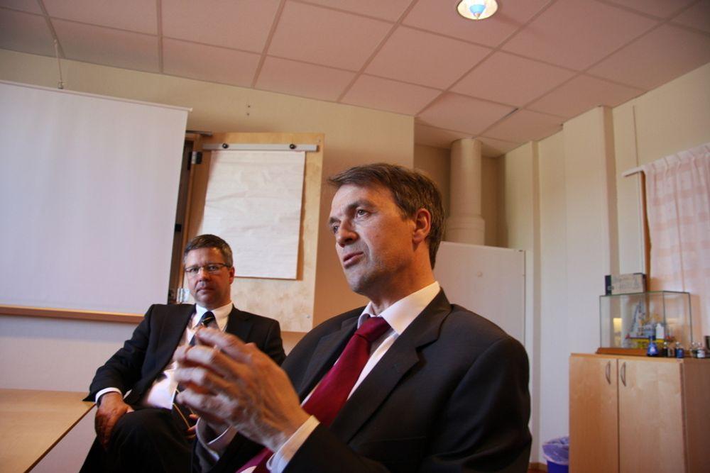 Eivind Reiten i Hydro og Thomas Töpfer i Bilfinger Berger diskuterer det tyske selskapets kjøp av to Hydro-selskaper.