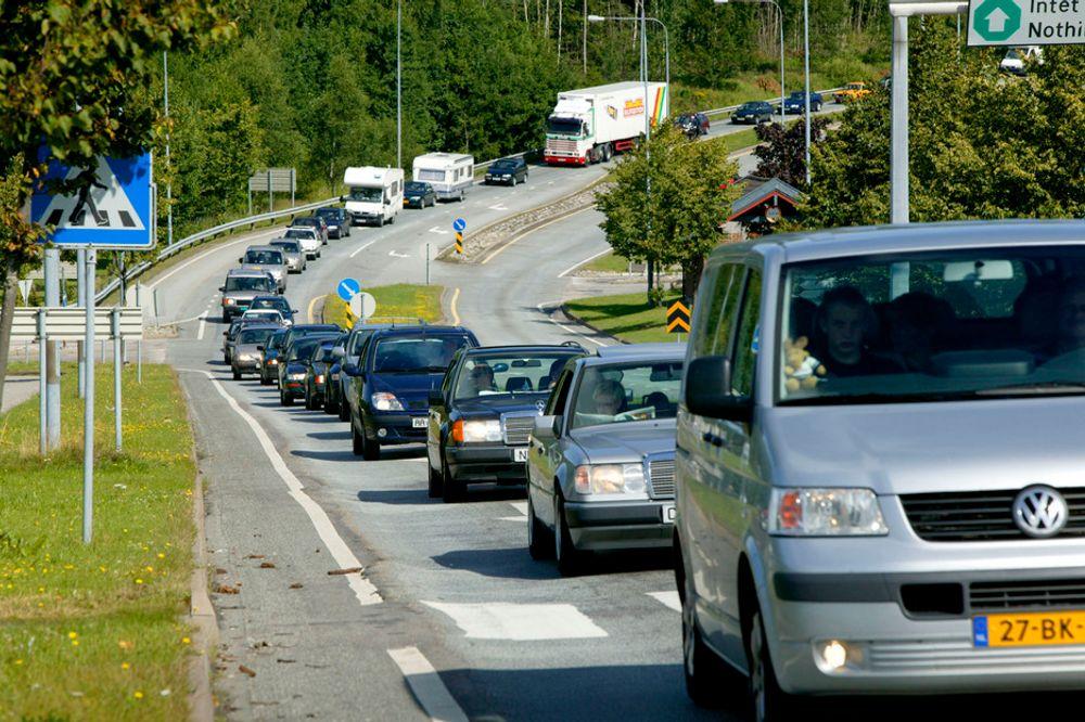 MINDRE KØ: Køen mot Svinesund vil i beste fall forsvinne, og i verste fall kun bevege seg raskere, når E6 i Østfold får 32 kilometer ekstra 4-felts motorvei.