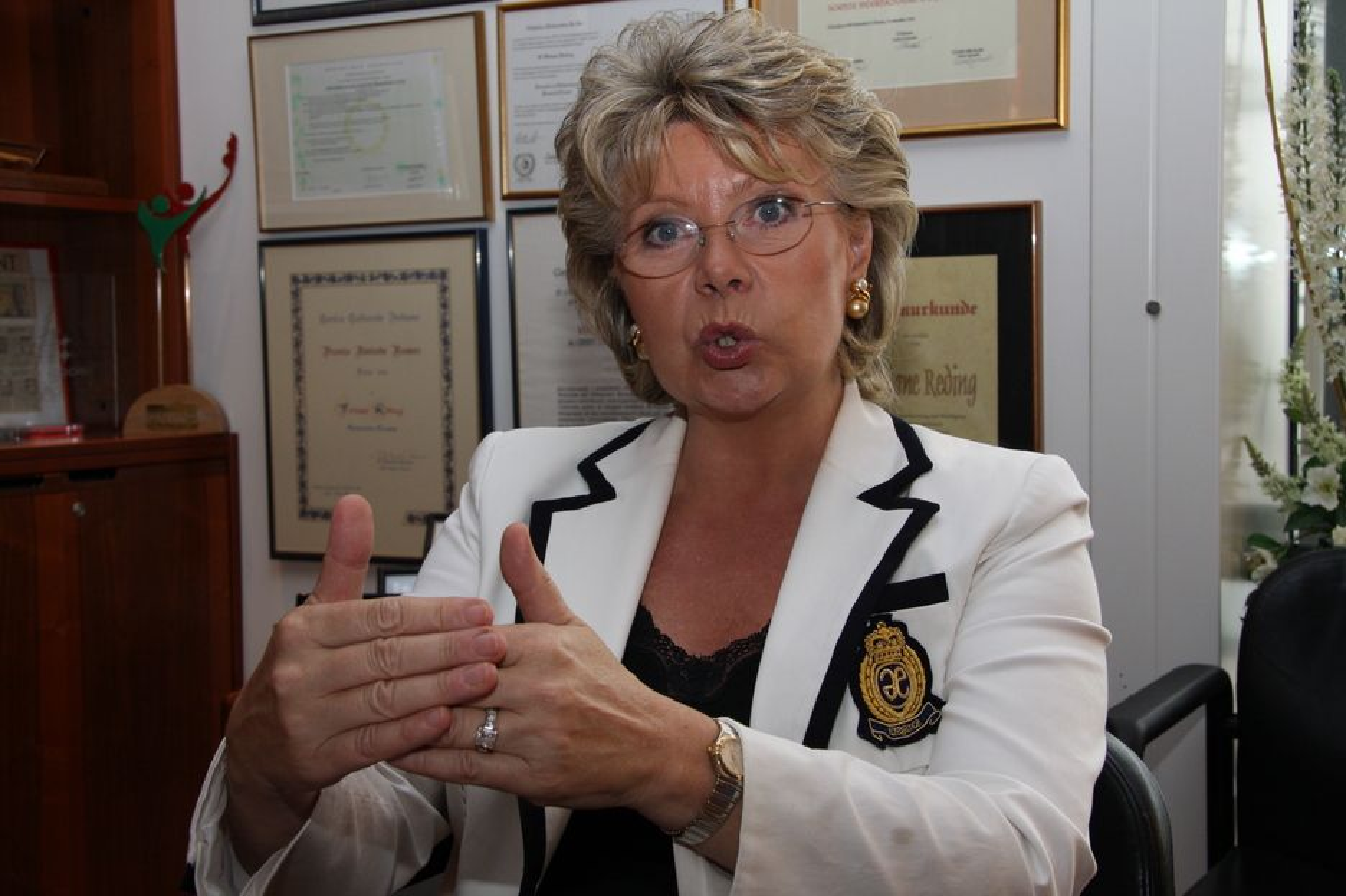 GIR OPP: IT-kommissær Viviane Reding har gitt opp frivillihetslinjen og jobber med regler som tvinger ned prisene på sms og mobildata i utlandet.