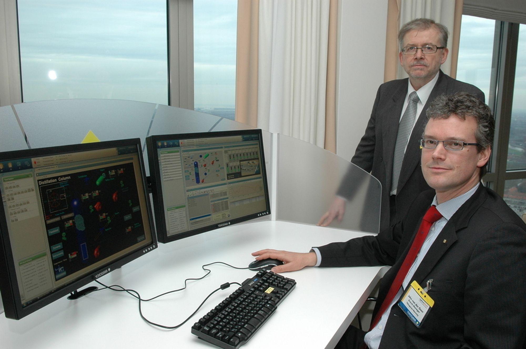 NYTT SYSTEM: - Centrum VP er helt nytt kontrollsystem med forenklet mann - maskinkommunikasjon. Det er basert på MS Vista som operativsystem, forteller John van der Geer. Bak Per Kølner som leverer Yokogawa instrumenter.
