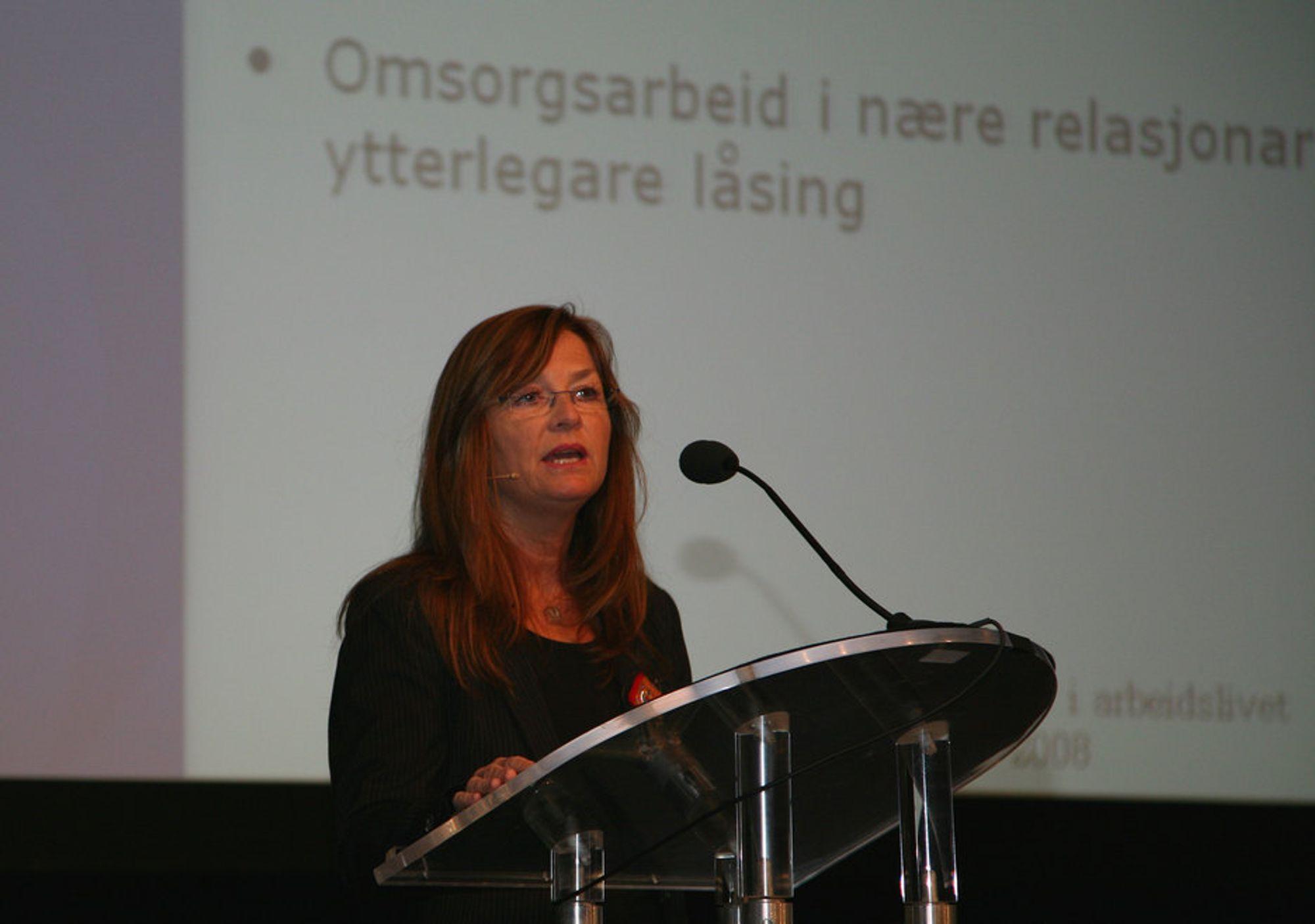 Hildegunn Sagvaag, universitetslektor ved Universitetet i Stavanger, sier at fyll ofte døyver ensomheten som følger med det å være på farta i jobben.