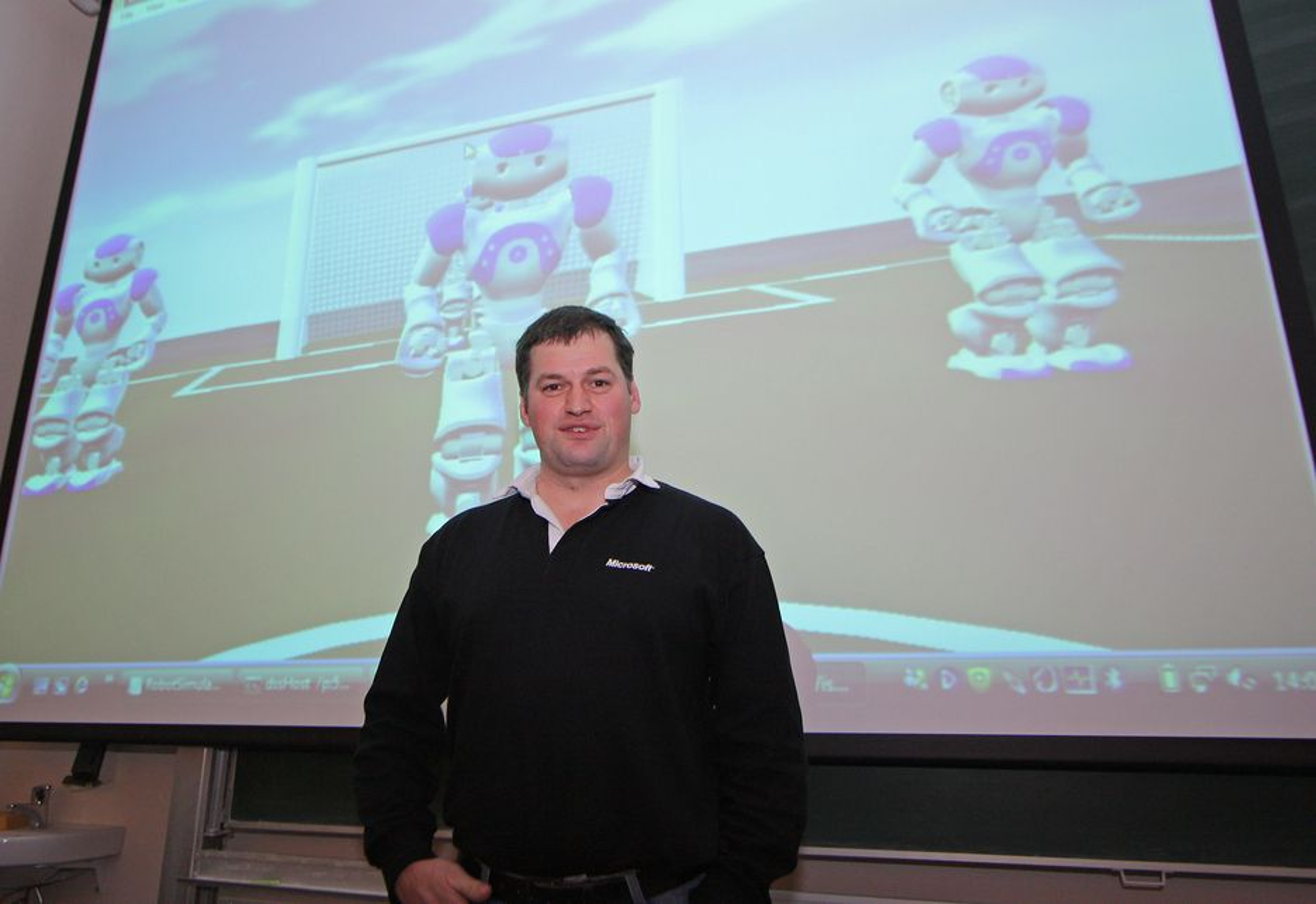 SPILLER FOTBALL:I en turnering spiller fire simulerte roboter med kamerasyn fotball. Det kan se ut som et vanlig dataspill, men dette er roboter med alle fysiske parametere modellert inn. Det går ikke spesielt fort, men det er mulig å gi robotene mer datakraft og øke hastighetene. Men dette er bare starten. Robotevangelist Paul Foster i Microsoft er overbevist om at innen 2050 vil et lag av virkelige roboter slå verdens beste menneskelag i fotball.