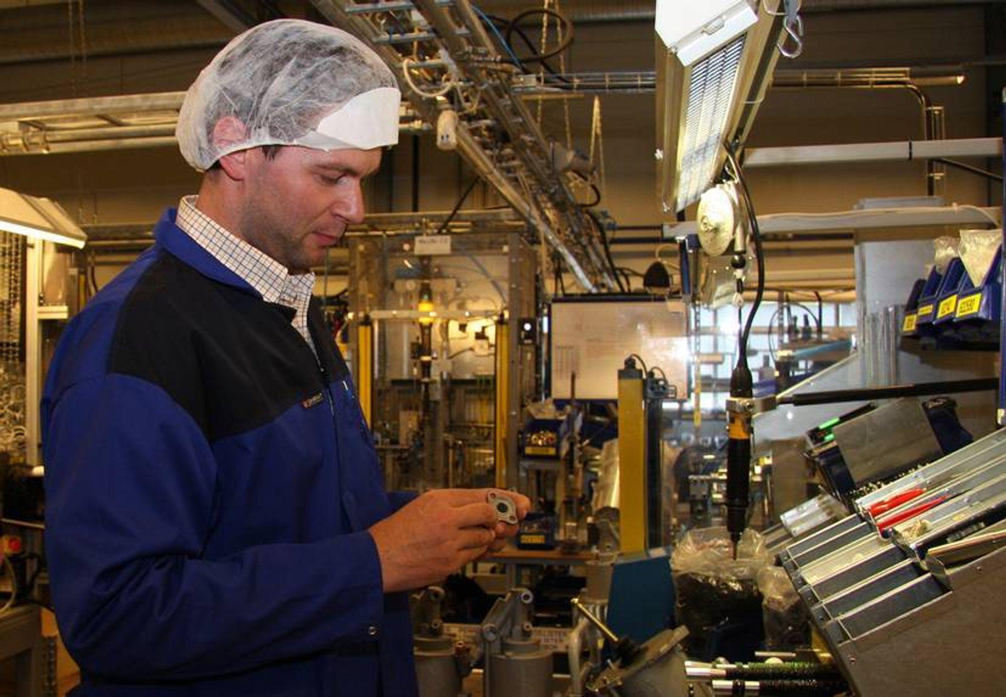 INDUSTRI: Eivind Holvik, som jobber ved Kongsberg Automotive på Hvittingfoss, er blant dem som hittil har beholdt jobben tross nedgangstider. Nå varsler arbeidsgiveren nye kutt.