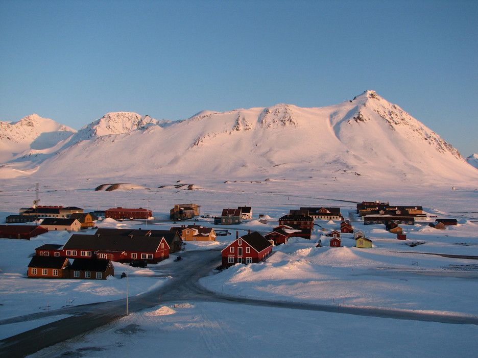 Miljøverndepartementet ønsker å gjøre justeringer i den ni år gamle Svalbardmiljøloven. Det mest drastiske grepet er å innføre et tungoljeforbud for all skipstrafikk fra 2015.