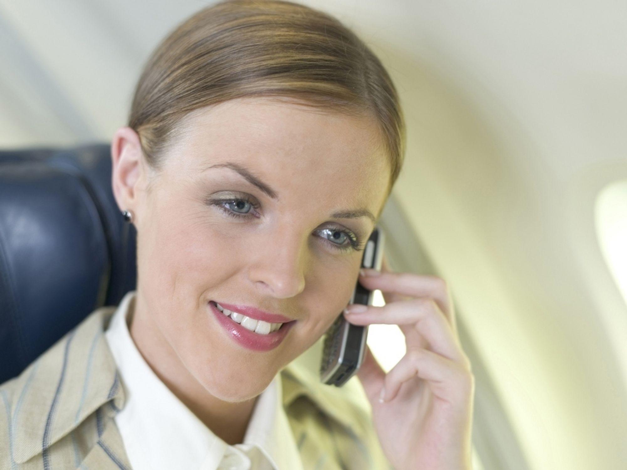 PROBLEM FOR FLYSELSKAPENE: Målet til EU er at du skal kunne bruke mobilen på rutefly, men jabbingen din skal likevel ikke forstyrre de andre passasjerene, mener EUs kommissær for telekommunikasjon.