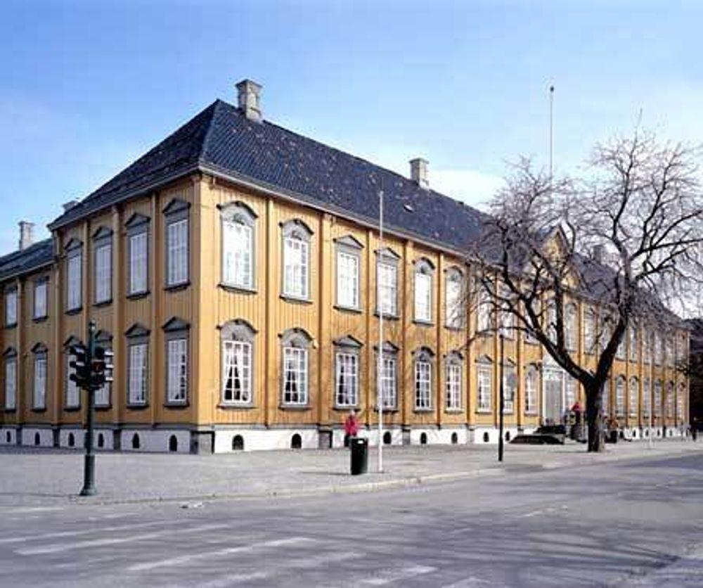 Strøk. Det koster noen kroner når stiftsgården i Trondheim skal ha ny maling.