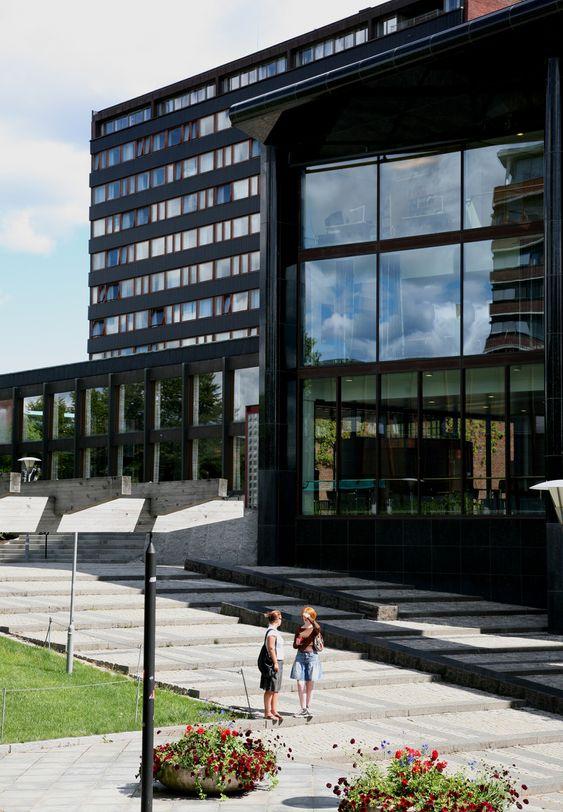 Universitetet i Oslo, Blindern. Utdanning. Studier. Studenter. Student. Studere. Karriere. Jobb. Arbeidsliv. Inntekt. Lønn.