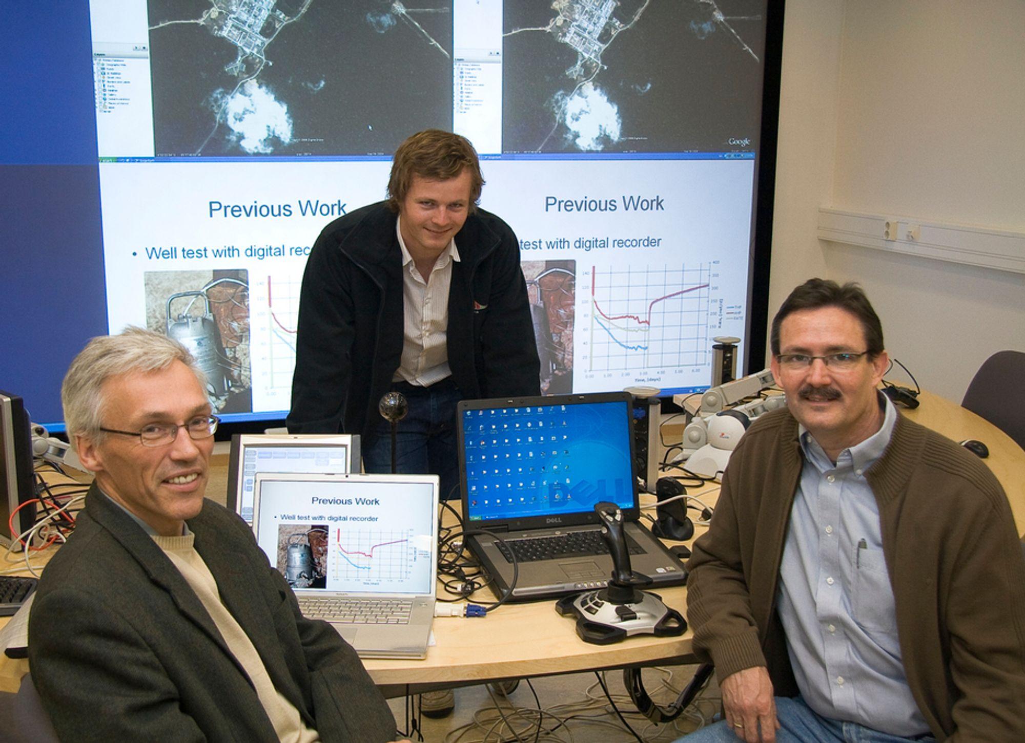 I KONTROLLROMMET:IO-SENTERET: NTNU-professorene Bjarne Foss (tv) og Curtis Whitson flankerer Alexander Juel som tar sin doktorgrad ved det nye IO-senteret .