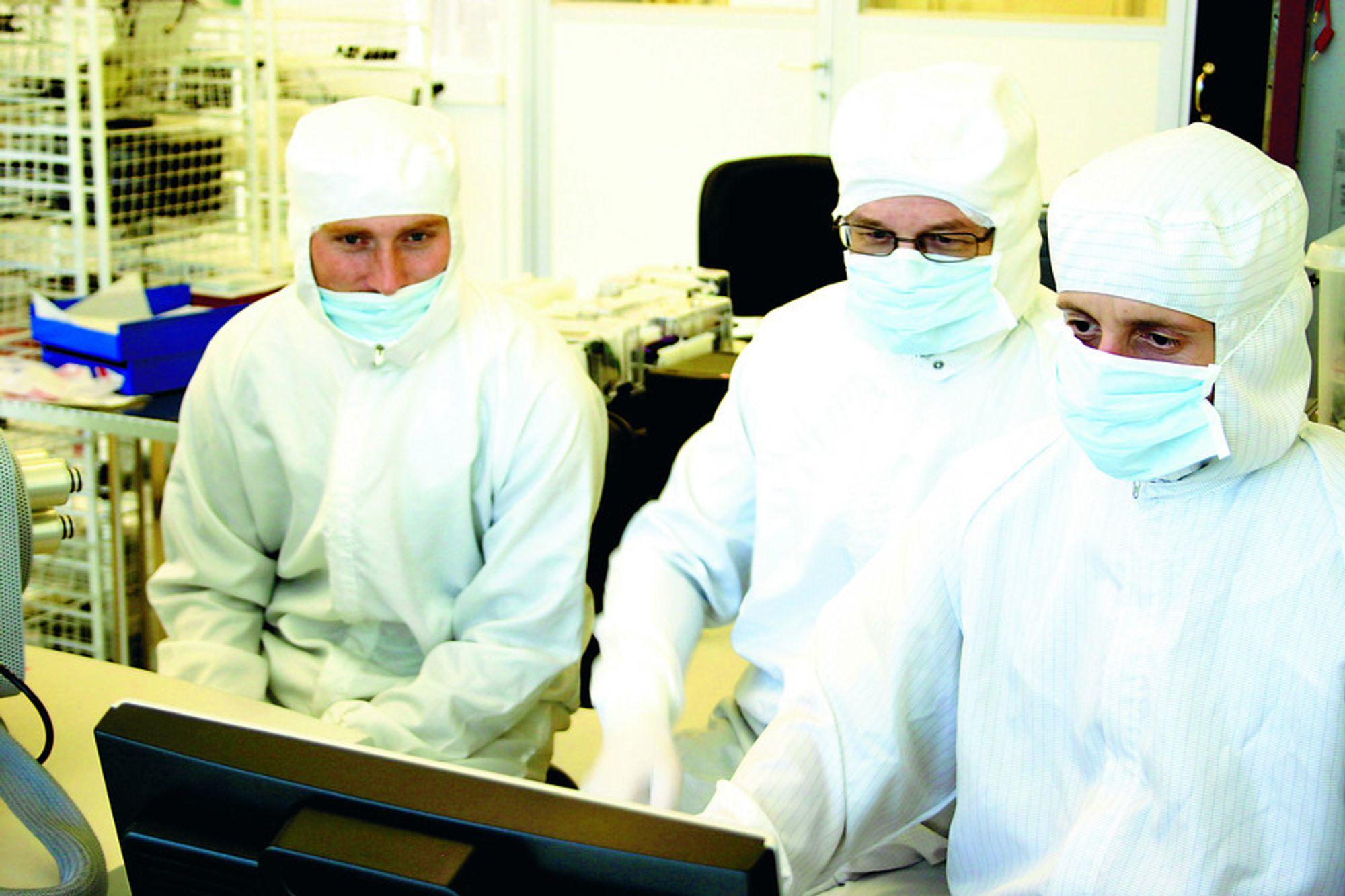 Sintef MiNaLab i Forskningsparken, Oslo. Jon Due Hansen, Trond A. Hansen otg Nicolas Lieater sitter ved laboratoriets elektronmikroskop.