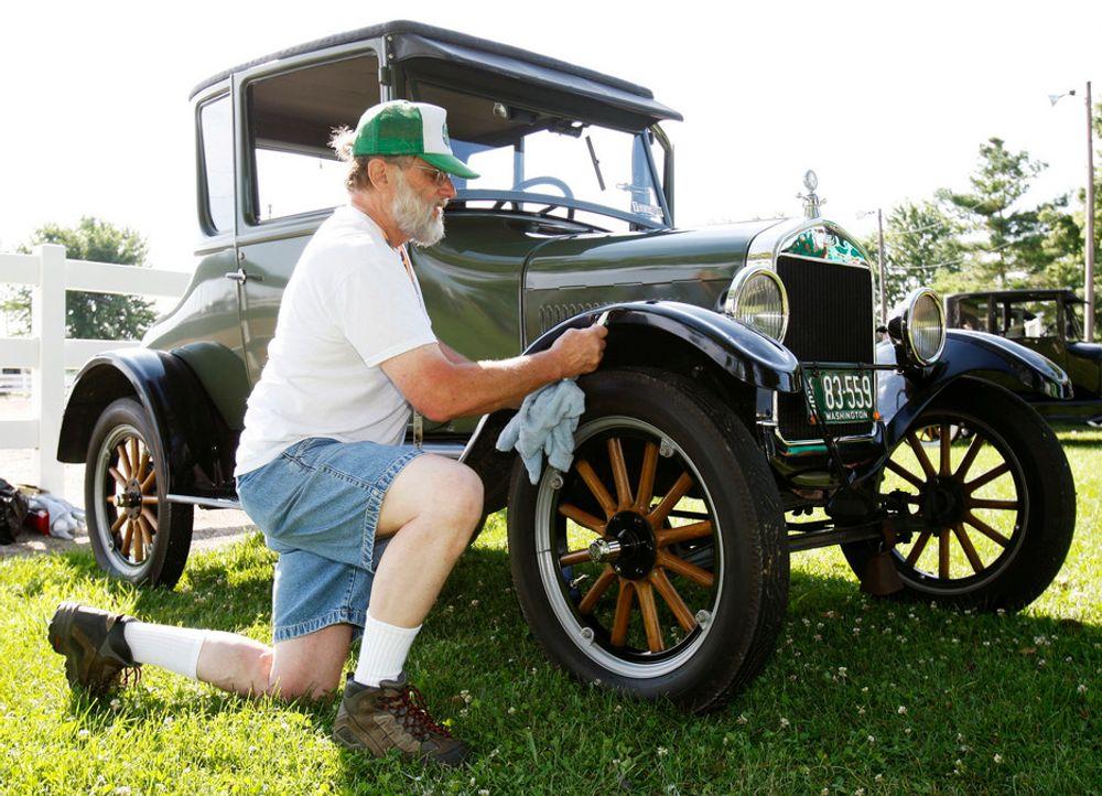 Dave Getty vasker sin Model T fra 1926 i forkant av en konkurranse i forbindelse med T-Fordens 100-års jubileum.