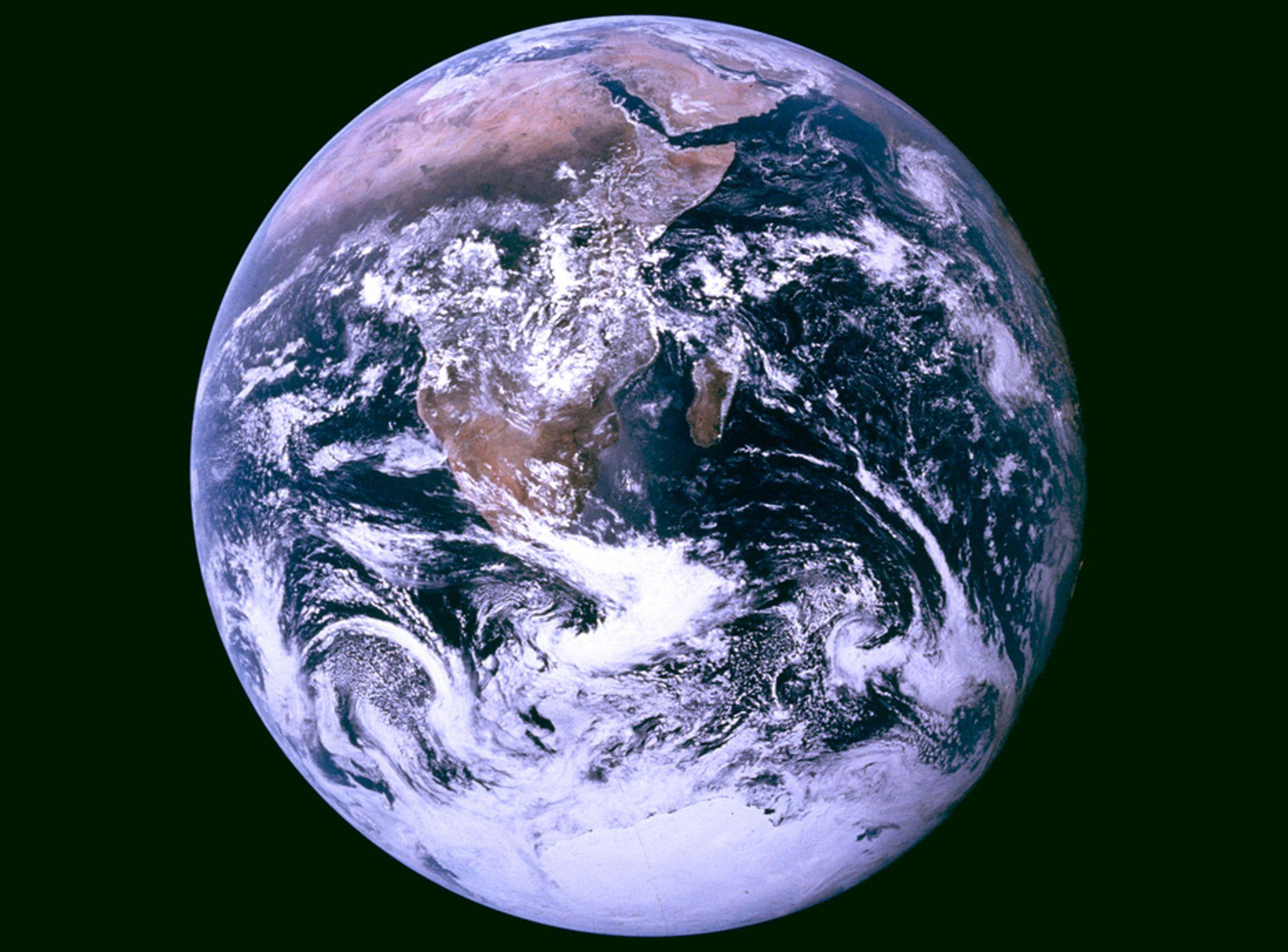 Amerikanske klimaforskere klager over at de må motta data fra samme satelitter som værmelderne.