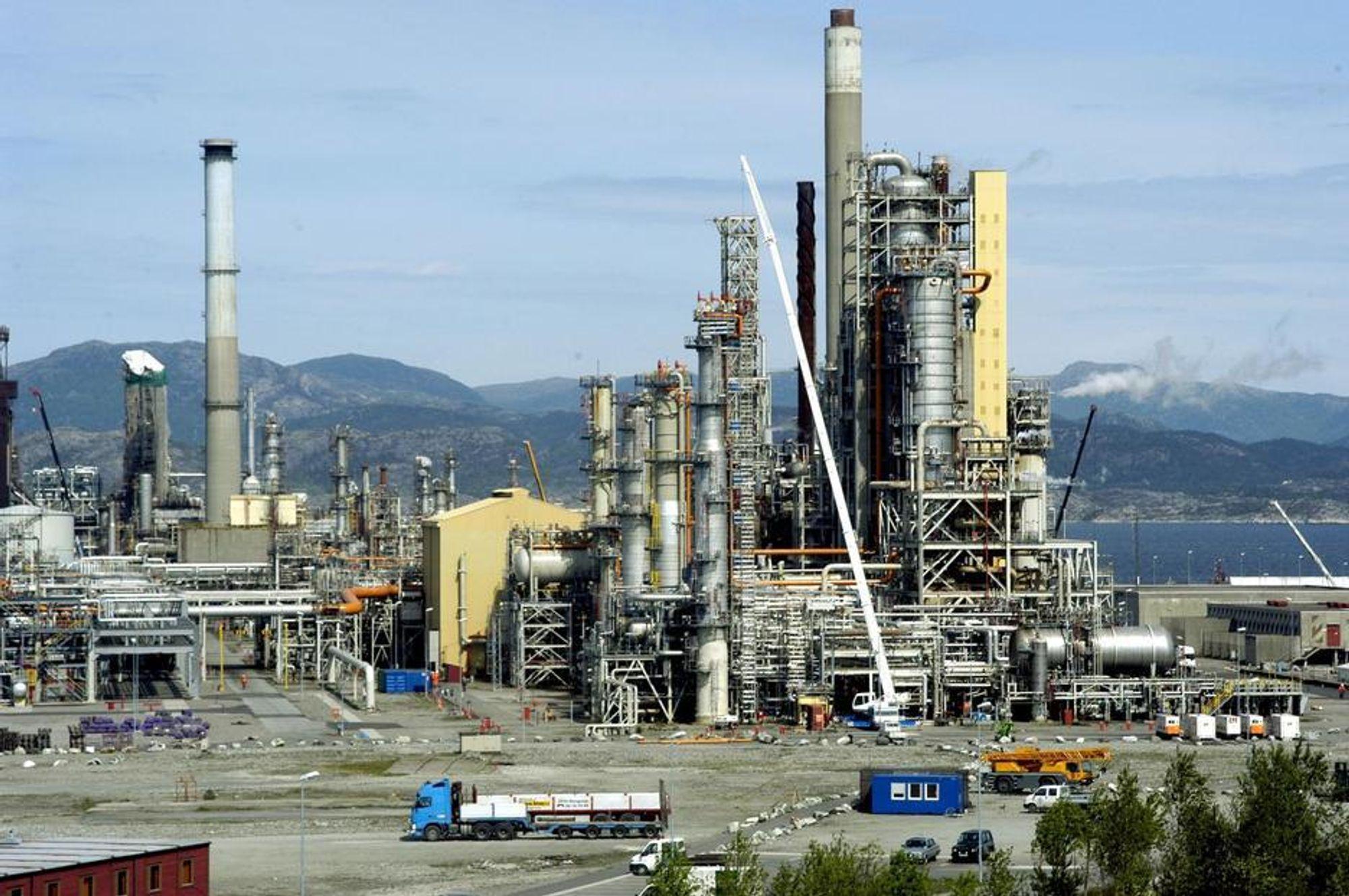 CO2-PIONER: Mongstad raffinieriet blir det første til å rense CO2. Renseprosessen er ny med bruk av nedkjølt amoniakk. Systemet leveres av Alstom. Renseanlegget blir en del av det nye European CO2 Test Center.