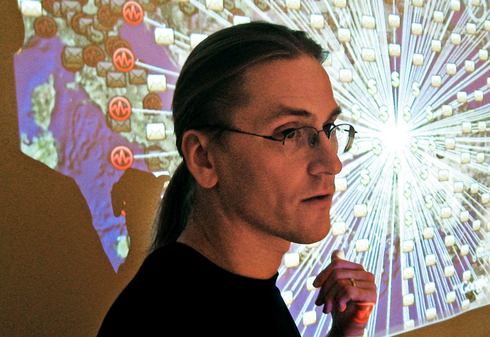 PESSIMIST: Mikko Hyppönen i F-Secure kan følge IT-angrepene på kartet, og mener situasjonen er dramatisk.