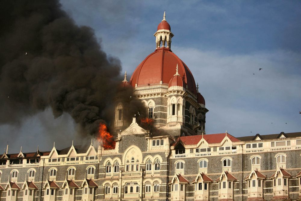 ANGREPET: Røyk stiger fra Taj Mahal Hotel i Mumbai. Her ble gisler holdt fanget frem til i dag.