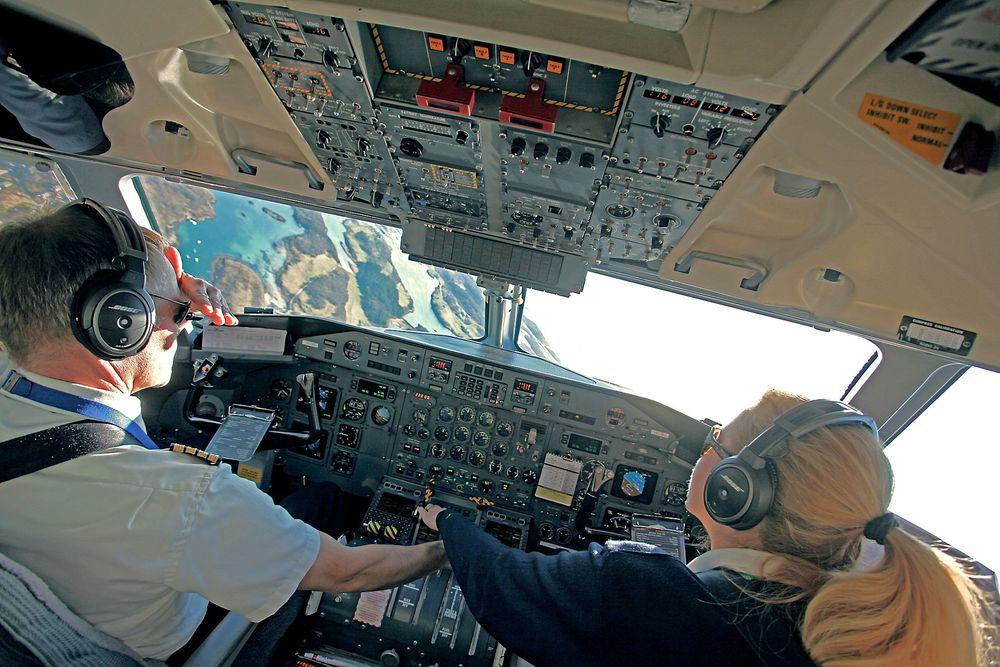 Kaptein Dag Sølberg og kaptein Vibeke Wessel (styrmann på denne turen) regner med å fly Dash 8 resten av karrieren i Widerøe. TU er så heldige å få låne et klappsete på en flott utflyging fra rullebane 22 på Brønnøysund lufthavn.