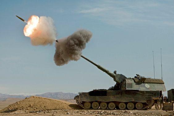 En nederlandsk Panzerhaubitze 2000 avfyrer en granat i Afghanistan.