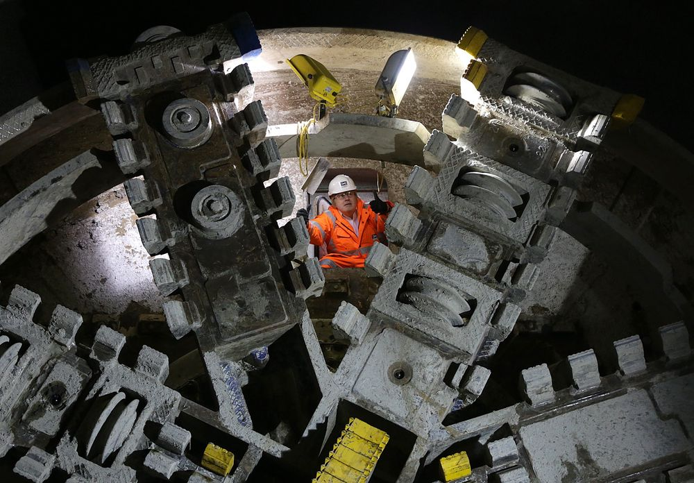 London-patrioten: Borgermester Boris Johnson klatrer ut mellom kutterne på tunnelboremaskinen Victoria under Liverpool Street.