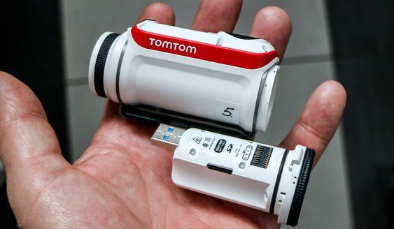 Modulært: Batteriet på hele 1,9 Ah kan tas ut og lades med USB-kontakten direkte i PC uten ledninger. Minnet i form av et microSD-kort sitter også i batterimodulen og kan overføre data rett til PC-en mens stømmen kommer andre veien.