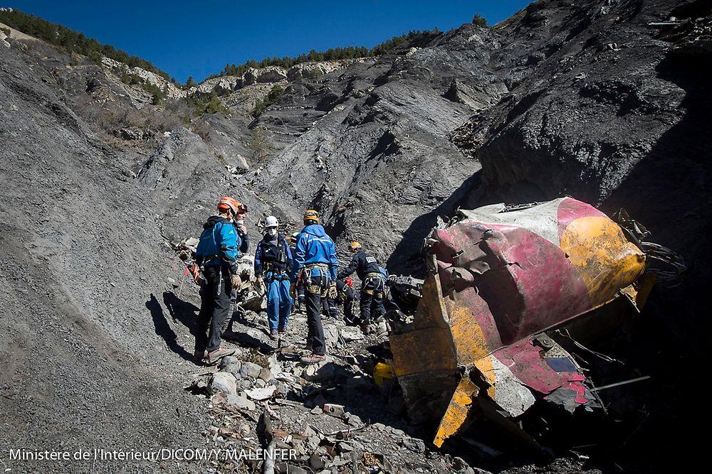 Redningsarbeidere ved vrakrestene av Germanwings-flyet som styrtet i de franske Alpene.
