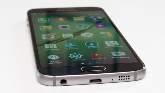 I bunnen sitter minijack, USB og høyttaler. Oppsettet er nesten identisk som på iPhone 6.