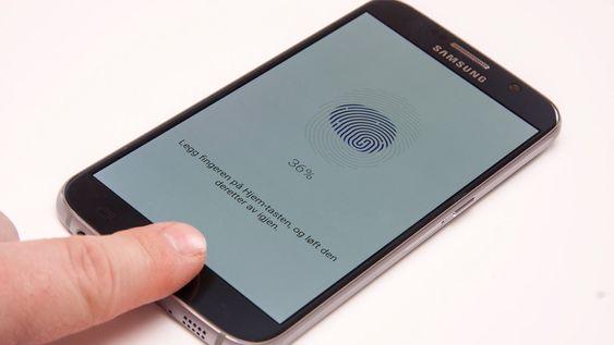 Fingeravtrykkleseren fungerer veldig bra. Du trenger bare å berøre den, i motsetning til tidligere Samsung-telefoner som hadde strykesensor.