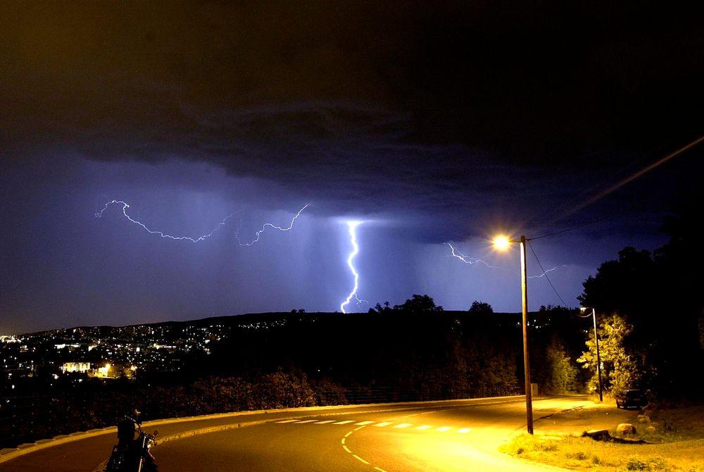 Tordenvær slår ut splitter nye LED-gatelys i våre naboland. Så langt har Oslo-belysningen slippet unna. Her fra en stormfull Oslo-natt i 2004, sett fra Ekebergåsen.