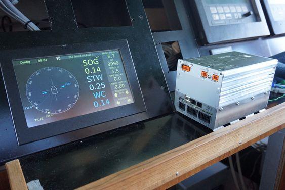 Sensorene som sender data opp på brua er montert under skroget rett bak baugen. Deler av elektronikken sitter i sensorene. Data går i kabler til en boks, og derfra brukes vanlig LAN-kabel for integrasjon med annet utstyr.