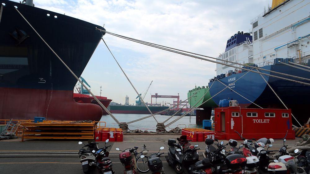 Höegh LNG har fått bygget gasskipet «Höegh Gallant» (til venstre) ved Hyundai Heavy Industries' verft i Ulsan.