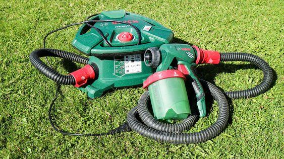 Penselkiller: Bosch kraftigste malesprøyte, PFS 5000 E, er enkle saker, men du verden så effektiv. Den består av en kraftig luftvifte som leverer luftstrømmen til en malepistol. Luftstrømmen trekker opp malingen fra beholderen og forstøver deg gjennom dysa.Vifta er utformet som en trommel som gjør at slangen og stømladningen kan vikles rundt og låses fast.