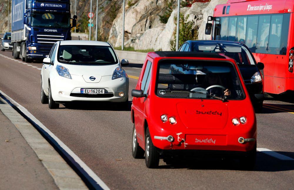 En Nissan Leaf og en Buddy elbil kjører i kollektivfeltet på Mosseveien E18.