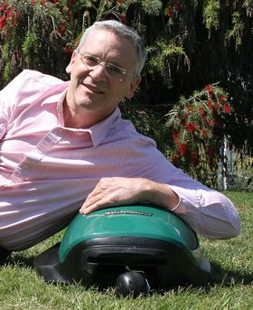 Oppfinneren i sitt rette element: Udi Peless og kompanjongen hans landerte verdens første gressklipperrobot for 20 år siden.