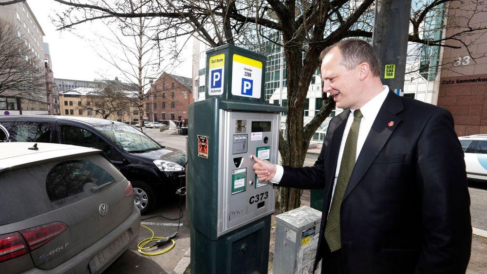 Samferdselsminister Ketil Solvik-Olsen vil ha et mer forbrukervennlig parkeringsregelverk.