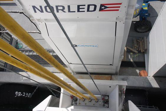 Ladepluggen er koblet til Ampere. Norled sliter med å få nok kraft overført til skipets batterier i løpet av den 10 minutter lange tida til kai i hver ende.