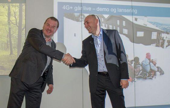 Gratulerer med plussdagen: teknologidirektør Magnus Zetterberg og leder for Telenors mobildivisjon, Bjørn Ivar Moen i Telenor Norge har en god dag på jobben. I dag skrur de på superfart i over 200 kommuner.