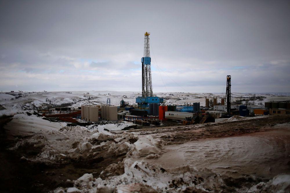 USAs enorme oljelagre er en av grunnene til at oljeprisen igjen faller. Her fra et oljefelt i Williston i delstaten North Dakota.