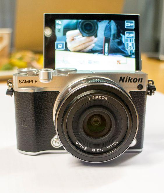 Selfiekamera: Nikon 1 J5 kan ta selfies ved å slå opp skjermen. I stedet ble det her foreviget med et Canon kamera.