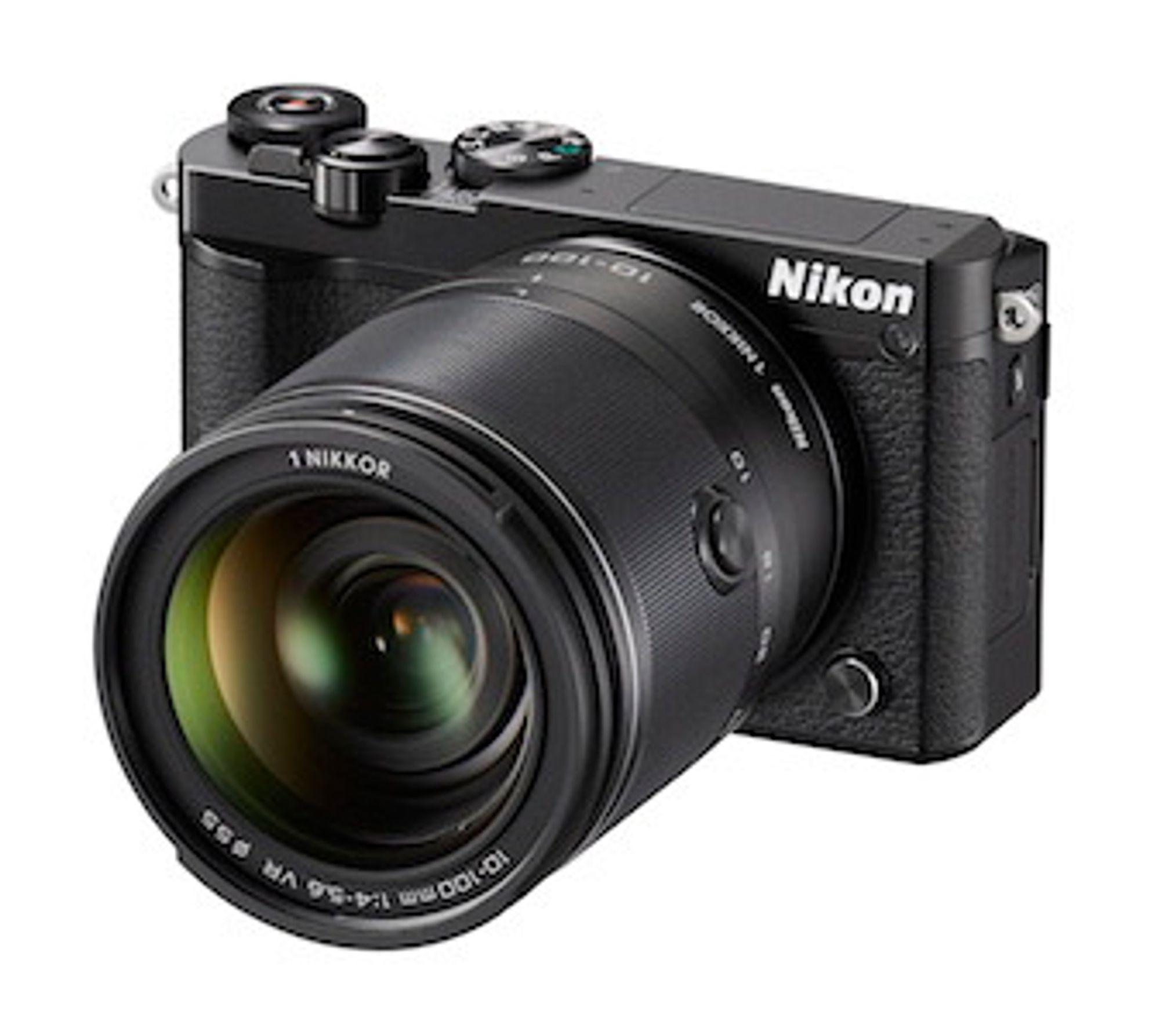 Tøffeste modell: Nikon 1 J5 i helsort med det største objektivet som zoomer fra 10 til 100 mm.
