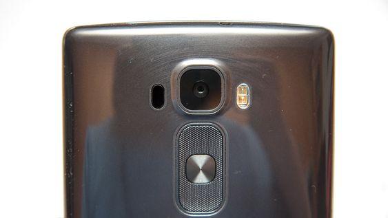 Kameraet på baksiden har 13 megapiksler, optisk bildestabilisator og infrarød laserfokus.