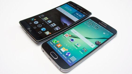 LG G Flex 2 ved siden av Samsung Galaxy S6.