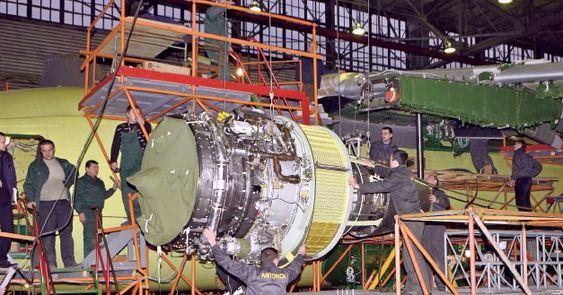 Progress D-436-motorene i ferd med å hektes under vingene på An-178-prototypen.