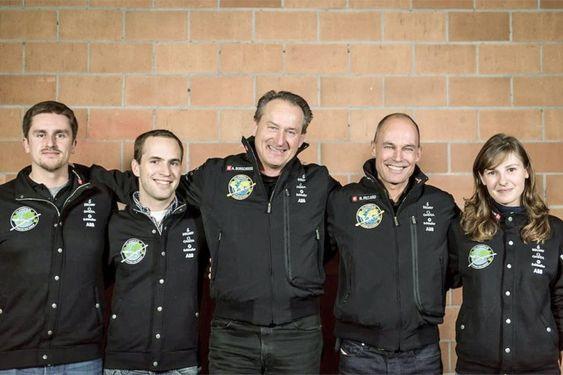 André Borschberg og Betrand Piccard flankert av de tre ABBerne på prosjektet.
