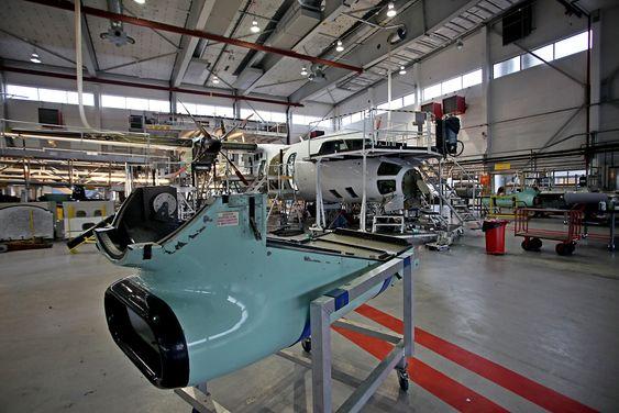 Levetidsforlengelsen av 16 DHC-8-fly har skjedd her i Widerøe-hangaren i Bodø, ikke hos Bombardier i Canada. Luftfartsmyndighetene i Canada og Europa (Transport Canada og Easa) utstedte ny typesertifisering i april/mai 2012.