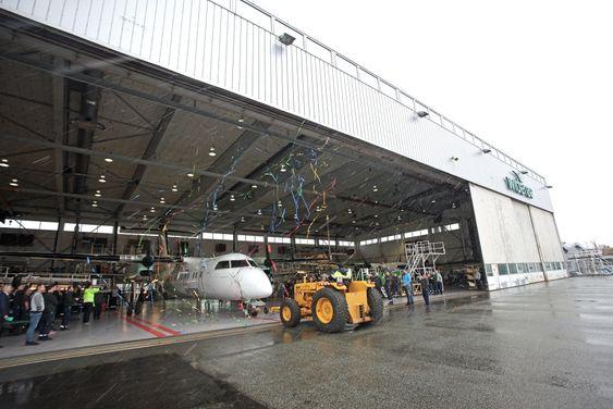 Det 16. og siste Dash 8-flyet som har vært gjennom en levetidsforlengelse i denne Widerøe-hangaren. Nå er flyet klart for ti nye år på det norske kortbanenettet.