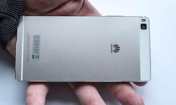 Metall: Huawei P8 er frest ut av aluminiumslegering. Selskapet hevder å løst utfordringene med antenner og metall. Sen hvite stripen i bånn og det hvite partiet rundt kameraet er nedre og øvre antenne som til sammen skal gi svært gode egenskaper i alle bånd.