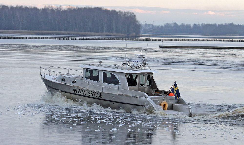 Den 31 fot lange båten veier 4,5 tonn og har et skrog som bare er 1,8 millimeter tykt. Likevel lager ikke isflak som dette verken bulker eller skrap. Dette fordi båten er bygd med et rustfritt spesialstål.