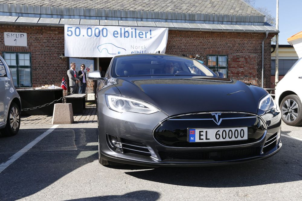 Norges elbil nummer 50.000 ble levert i Drammen Havn mandag. Det ble en Tesla.